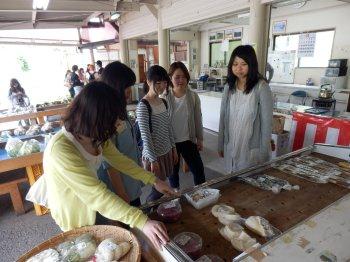村の農産物直売所を見学